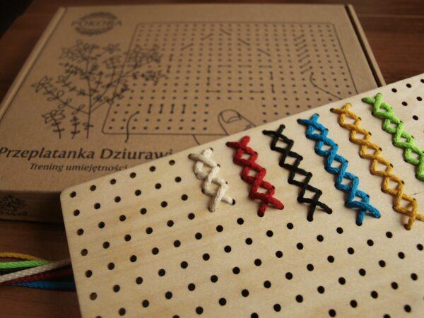 Przeplatanka Dziurawiec dla seniora, osoby z demencjąZajęcie polega na przewlekaniu kolorowych sznurków przez drewnianą, ażurową płytkę